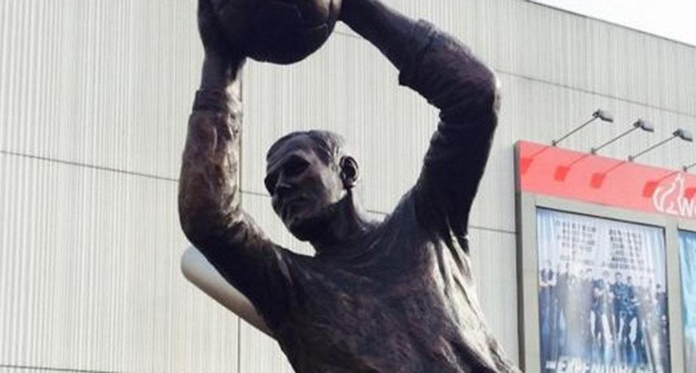 Het standbeeld van Tonny van Leeuwen voor het stadion.